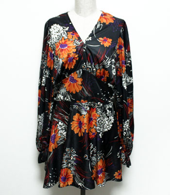 黒の花柄プリントドレス