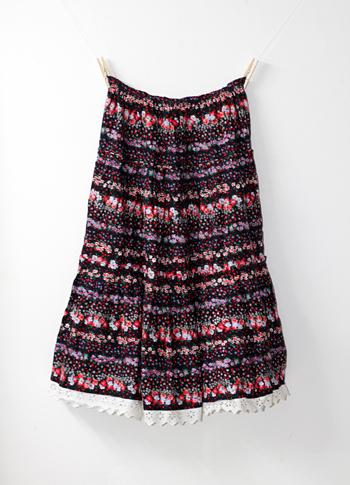 黒 赤い花柄のプロヴァンススカート(裾にレース付き)