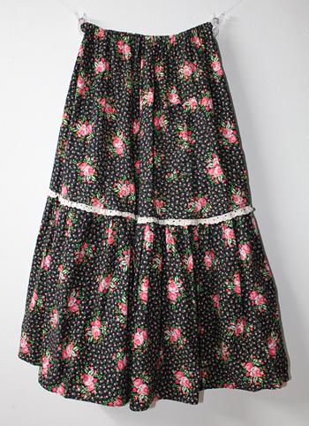 ブラック×ピンクの花柄ヨーロピアンスカート
