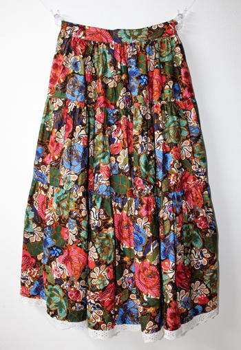 黒地に花柄 ヨーロピアンスカート